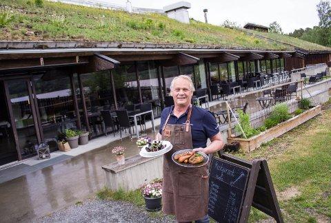 Grønt i grønt: Restaurantdriveren holder fram fristende retter, stående mellom torvtaket på velkomstbygget og den lille urtehagen utenfor uteserveringen.
