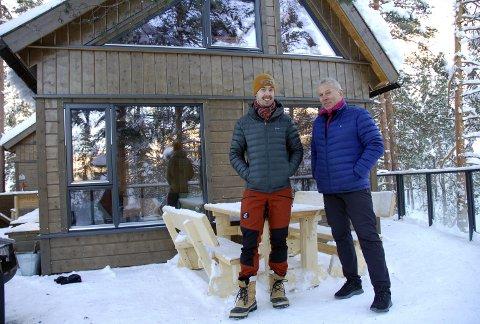 Fornøgde: Etter at Norge åpna opp igjen etter nedstengninga i vår har trafikken på tretopphyttene i Hedalen vært formidabel. Ikke rart daglig leder Karsten Øyhus og styreleder i Fosstopp AS, Tor Ingar Nordby, er fornøgde.