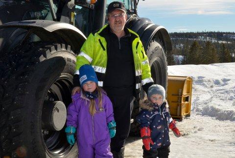 Alf Einar Brusveen med barnebarna Leah (til venstre) og Nikolai