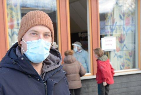 VAKSINERER I PÅSKEN: Kommunelege Gudmund Noddeland Myhren opplyser at kommunen fortsetter vaksineprogrammet med Pfizer-vaksinen også onsdag i påskeuka. Samtidig venter man på avklaring fra myndighetene rundt bruk av AstraZeneca-vaksinen.