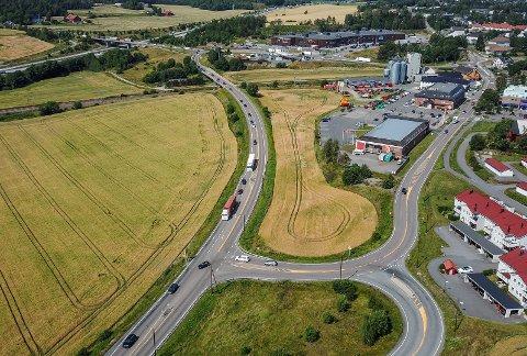 Veikrysset Osloveien/Garderveien blir nå utbedret. Trafikken i nordgående retning vil få et ekstra kjørefelt.