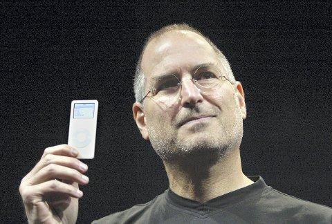 UTFORDRET PLATEMARKEDET: Grunnleggeren av Apple, Steve Jobs, med iPod Nano som første gang så dagens lys i 2005.