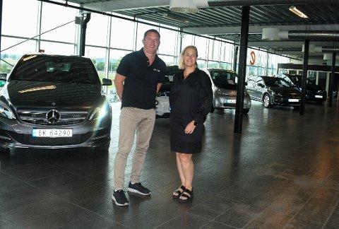 GODE TIDER: Thomas Ødegård  og Tina Gravbrøt har solgt brukte elbiler som varmt hvetebrød i sommer. På et tidspunkt var de tomme for biler.