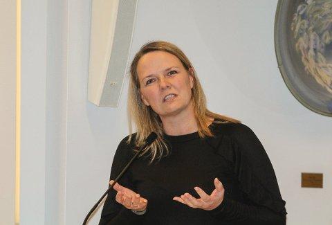 PÅ RUNDTUR: Leder Line Nyhus Skuterud (V) i Hovedutvalget for oppvekst og kultur, tar om kort tid med seg de andre politikerne i utvalget på en rundtur til kommunens barnehager.