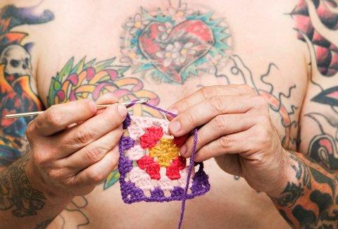Det blir stadig vanligere å tatovere seg i Norge, uansett alder og befolkningsgruppe. Samtidig bekymrer det bransjen at de ser en tendens til at flere tatoverer seg på hjemmebane og bestiller utstyr og blekk på nett.