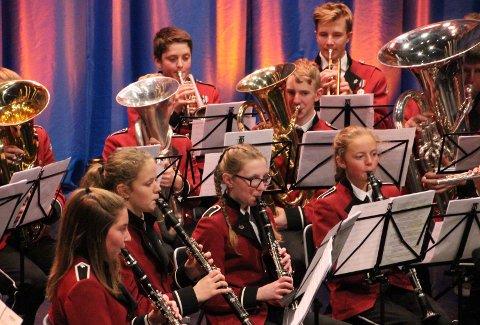"""Vamps """"Månemannen"""" var blant låtene på repertoaret fredag kveld i Storsalen i Tynset kulturhus. Her er klarinettister og grovmessing i aksjon."""
