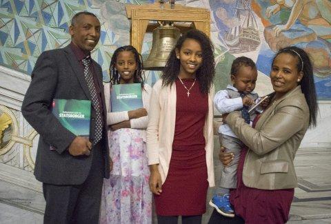 Feiret: Ybrah Zewde Gebreslase sammen med døtrene Wehazit, Soliana, sønnen Jonathan og kona Selemawit i Oslo rådhus.foto: Åsmund A. Løvdal