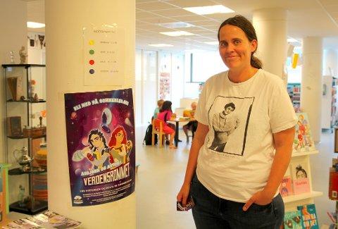 Bibliotekar Amailie Klæboe ved Ås bibliotek er spent på oppslutningen om sommerens kampanje, som har som mål for å spre nysgjerrighet og interesse rundt bøker blant skolebarn i Ås.