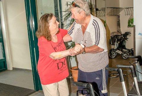 Else (88) og Per Michelsen (87) fra Nordby har danset sammen gjennom et langt ekteskap, og på olsokfeiringen var de knapt kommet innenfor dørene før de igjen svingte seg i valsen.
