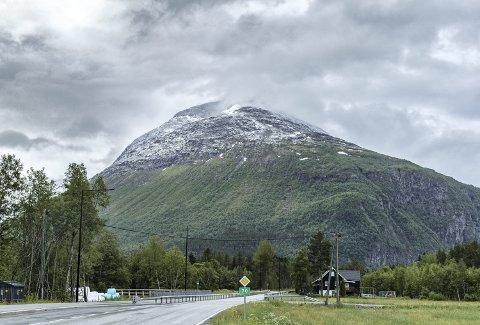 Skifte: Etter en svært varm mai, kom det nysnø på toppene i juni, blant annet på fjellene rundt Ålvundeid.