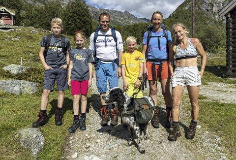 Turgåere: De kommer fra Kårvatn over Bjøråsskaret, og skal overnatte på Renndølsetra. Dagen etter går turen opp på Innerdalstårnet. Fra venstre ser vi Oliver Furuhaug (13), Marie Furuhaug (11), Atle Smistad, Snorre Smistad (10), Lene Smistad og Line Furuhaug.