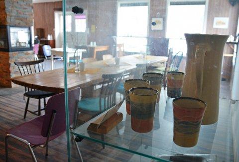 Drøpping: Kafé og utstillingslokale. I forgrunn keramikk fra Wenke Matthes.