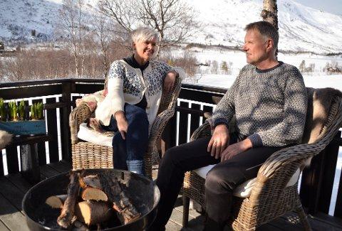 Verandakos: Anny og Sveinung Hjetland håper på godvær i påska, både for å dra ut på skitur og nyte roa på verandaen. Storvatnet og Vangshaugen ligger i bakgrunnen.