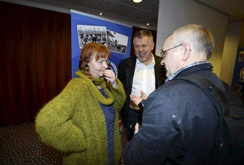 Venter i spenning: Evy Austad er leder i Nordmøre og Romsdal Fotballkrets. Hun ber breddeklubbene smøre seg med tålmodighet og oppfordrer ikke til at lag starter å trene med fullkontakt. På bildet er Austad sammen med Kjetil Siem som gjestet kretstinget for noen år siden.