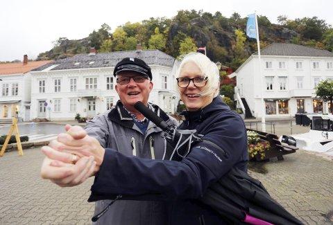 Regndans: Lauritz Maartman Paulsen og Unni Olimb Norman svinger inn Eldredagen 2017 med torvdans og åpning av teknologisenteret «Nytt i gammelt».foto: stig Sandmo