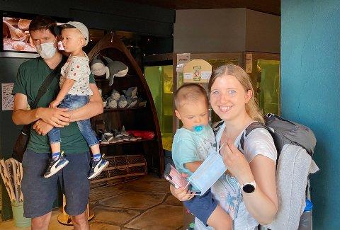 Hilde Fauskrud Chan (t.h) synes det er bra at Risør Akvarium har strenge smittevernregler. I bakgrunnen står Atle med Lukas på armen.