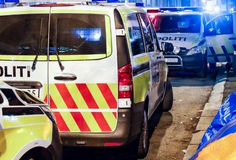 Oslo 20210109.  Politiet sperret av Storgata og Hausmannsgate i Oslo etter melding om en hendelse inne i en leilighet hvor det var mistanke om at en person med våpen var invovert. Politiet meldte etter kort tid at de hadde kontroll på personen og at det ikke var funnet noe våpen. Foto: Terje Bendiksby / NTB