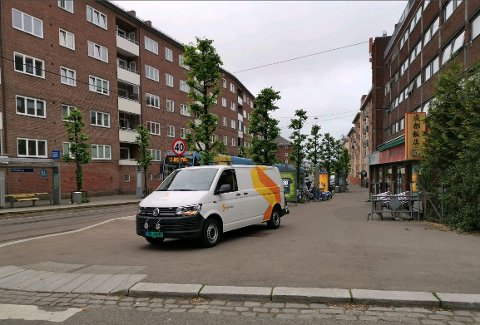 Her står Sporveiens tjenestebil ulovlig parkert på fortauet i Trondheimsveien.