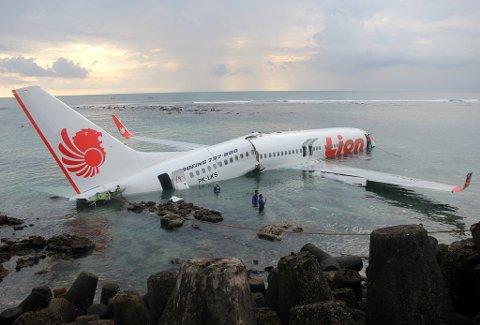 Et fly av type Boeing 737 skled av rullebanen og ned i vannet da det skulle ta av på flyplassen på Bali i 2013. Flyet tilhører flyselskapet Lion Air, som er det samme flyselskapet som ble rammet av en tragisk ulykke denne uken, med 189 antatt omkomne. Foto: Indonesian Police (AFP)
