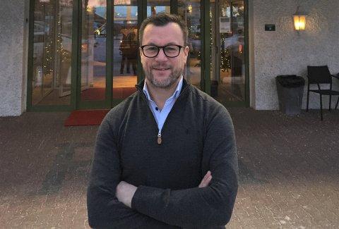 Arbeidende styreleder Henry Hansen kan endelig åpne dørene til Rognan Hotell igjen.