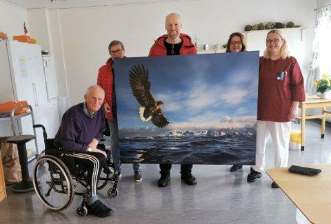 Blinkskudd: Audun Rikardsen ( i midten) med det storslåtte ørnebildet fra Steigen han nylig ga i gave til Steigentunet. Gaven ble blant annet satt stor pris på av faren Odd Rikardsen (t.v.).