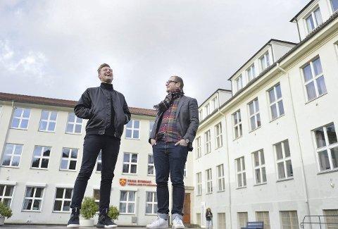 Jacob Mæhle (t.v.) og Erik Skutle er instruktører for årets teaterstykke på Fana skoleteater.