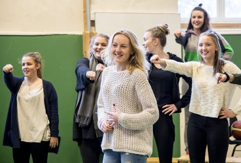 Emma Lund (17) (i front) spiller Solveg i årets jubileumsoppsetning av «Glease» – det første stykket gymnasets entusiaster satte opp for 30 år siden, og en parodi på musikalklassikeren «Grease».