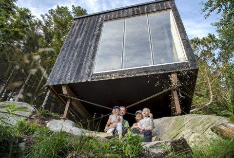 Tak over hodet: Anna (8), pappa Bernt, mamma Linda og Tage (5) Hultvall Hodne har lånt Tubakuba på Fløyen og skal overnatte der. Det er første gang de bruker den ca. 12 kvadratmeter store hytten. FOTO: EIRIK HAGESÆTER