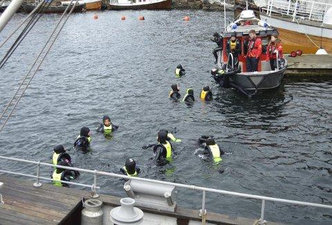 Denne gjengen med syvendeklassinger ser ut til å kose seg i sjøen. Etter en marsdag i sjøen og teori på land sitter nok disse elevene igjen med mye kunnskap og hvordan opptre på og i sjøen. (Foto: TOM R. HJERTHOLM)
