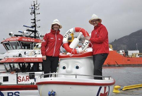 Regionleder i Redningsselskapet Endre Ytreland (t.v.) og Tryg-sjef Espen Opedal med den nye Elias som blir å se ved arrangementer langs Vestlandskysten i årene fremover.