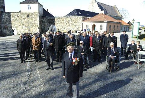I strålende solskinn møttes 85 veteraner fra Tysklandsbrigadene på paradeplassen på Bergenhus i går formiddag. I forgrunnen veteranenes fremste talsmann i over 30 år, Olav Jørgen Olsen. (Foto: TOM R. HJERTHOLM)