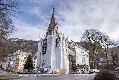 Fra grønt til rødt: Stillaset rundt kirketårnet til Sandvikskirken er i ferd med å bli demontert. Taket er skiftet og tårnet er endelig tett. Foto: Eirik Hagesæter
