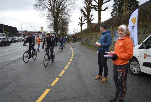 Linda Olsen Løland fra Bedriftsidretten i Hordaland og Einar Grieg, sykkelsjef i Bergen kommune ved «Sykle til jobben» -stand i Fjøsangerveien. Det varmer sykkelentusiastene å se alle som tråkker forbi på vei til jobb i sentrum. (Foto: TOM R. HJERTHOLM)