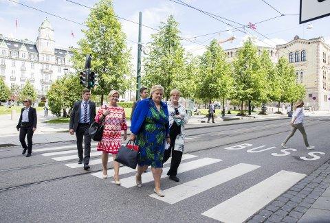 Siv Jensen, Erna Solberg, Trine Skei Grande og Knut Arild Hareide (bak) har ansvar for å justere synet.