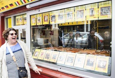 Kingsize: Størrelsen på Trekronerens                                                  reinsdyrpølser frembrakte en spontan latter fra Laura Llewelyn fra Connecticut i USA. Servert med tyttebærsaus og løk var det ingen som klagde på smaken heller.  foto: Skjalg Ekeland