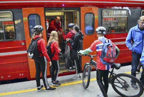 Markeds- og kommunikasjonssjef Henning Lirhus gjorde plass for syklene på togene fra Arna til byen og her på returen gjennom Ulrikstunnelen. (Foto: TOM R. HJERTHOLM)