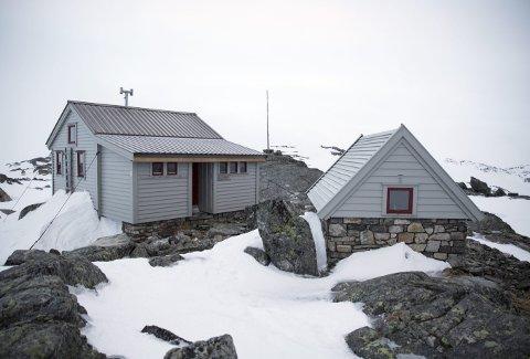 Slik ser det ut på Fonnabu turisthytte som ligger ved brekanten av Folgefonna og består av to hytter og uthus. (Foto: ANDRÉ  M. PEDERSEN, BERGEN OG HORDALAND TURLAG)