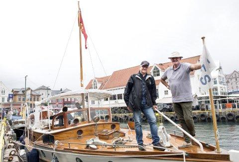 Boklansering: Forfatter Harald Sætre og forlegger Otto Ersland valgte MY «Faun» til lanseringen av den nye boken «61 Veteranbåtar på Vestlandet».FOTO: SKJALG EKELAND