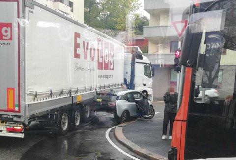 Den elektriske BMW-en ble påkjørt av en trailer ved Bredalsmarken fredag ettermiddag.