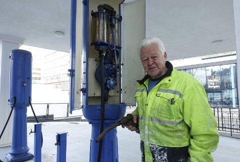 Ikke så rart om Per Egil Jacobsen koster på seg et smil. Den eneste veteranstasjonen som kan tilby bensin fra egen tank til veteranbiler  får fredningsstatus til våren. Foto: TOM R. HJERTHOLM
