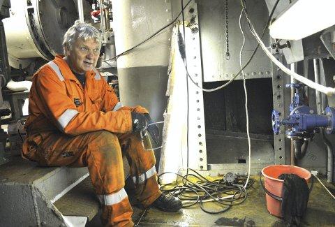 – I brannvesenet fikk vi utdelt både hjelm og kjeledress da vi begynte. Selv om du får midler fra riksantikvaren, må mye likevel gjøres av folk i kjeledress på dugnad. Sånn har det vært på alle båtene – også på DS Stavenes. Her tar Øyvin et lite avbrekk under dekk i maskinrommet om bord på DS Stavenes. Foto: TOM R. HJERTHOLM