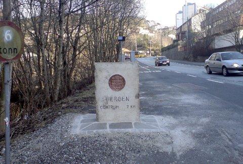 Denne grensesteinen forteller i dag bilistene som kommer rundt Eidsvågneset, hvor den gamle kommunegrensen mellom Åsane og Bergen gikk. Dessuten opplyser også at det var her fylkesgrensen gikk. Bergen var eget fylke til 1972. (Foto: TOM R. HJERTHOLM)