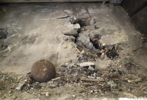 Dette bildet tok huseier, da han fant jernkulen under det ødelagte gulvet. Kulens magiske mål er vekt: 1,418 kg , diameter: 73,5 mm og  omkrets: 233 mm.