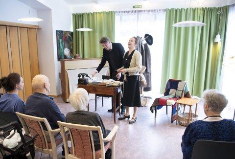 Her er «Bjørn Helland-Hansen» og «Annemis Helland-Hansen» i full sving i den 45 minutter lange forestillingen på Gullstøltunet sist onsdag. (Foto: ARNE RISTESUND)