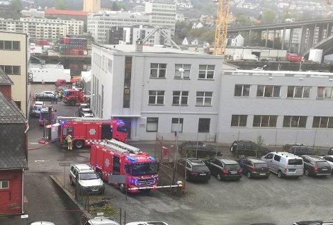 Brannvesenet opplyser at det har brent i takkonstruksjonen.