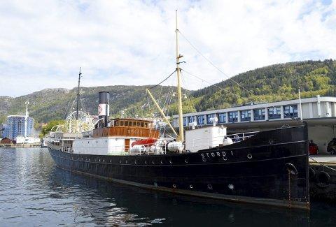 DS «Stord 1» ved Holbergskaien, der den 106 år gamle båten nå er gjort klar for nok en travel sesong med økende interesse og trafikk. (Foto: TOM R. HJERTHOLM)
