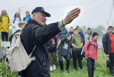 Helt siden 1995 har Bjørn Kristian Berge (t.v.) gjort sitt for å levendegjøre historien rundt Nordsjøfarten, Shetlands-Larsen og Telavåg. De siste årene er det elevene ved Løvås skole i Fyllingsdalen som har nytt gått av den tidligere lærerens initiativ. (Foto: JAN-MAGNE SOLVANG)