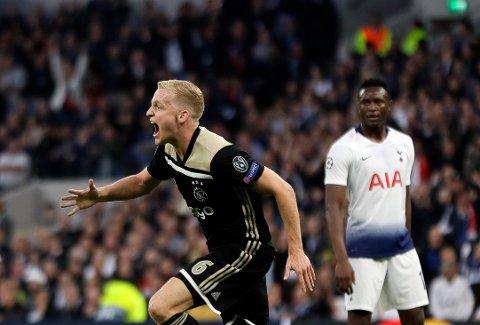 Donny van de Beek feirer scoringen sin mot Spurs på Tottenham Hotspur stadium i forrige uke. Nå er det unge Ajax-laget kun 90 minutter unna en Champions League-finale. (AP Photo/Kirsty Wigglesworth)
