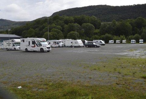 Den økende bobilturismen til Bergen har ført til at behovet for bobilparkering på grusbanen på Slettebakken absolutt har vært til stede denne sommeren. Slik så det midt i uken vi har bak oss. (Foto: TOM R. HJERTHOLM)
