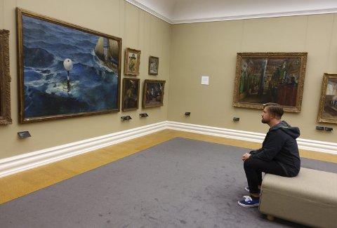 – Jeg forsøker å se det maleren ønsket at vi skulle se, sier museumsgjest Frencais Favey på Kode 3.